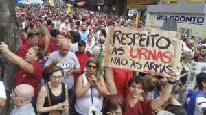 Porto Alegre - Manifestantes realizam um ato contra o impeachment em Porto Alegre (Daniel Isaia/Agência Brasil)