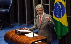 Brasília - Senador Humberto Costa, indicado líder do governo no Senado em substituição a Delcídio do Amaral, fala na tribuna durante sessão plenária (Fabio Rodrigues Pozzebom/Agência Brasil)