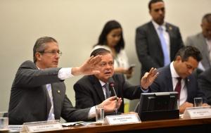 Brasília - O deputado Rogério Rosso, presidente da comissão especial que analisa o impeachment da presidenta Dilma Rousseff, na Câmara dos Deputados, o relator do processo, deputado Jovair Arantes, e o deputado Maurício Quintella durante reunião (José Cruz/Agência Brasil)