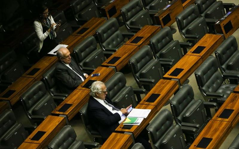 Brasília, DF, Brasil: Deputados aguardam início da sessão para votação da autorização ou não da abertura do processo de impeachment da presidenta Dilma Rousseff, no plenário da Câmara dos Deputados. (Foto: Marcelo Camargo/Agência Brasil)
