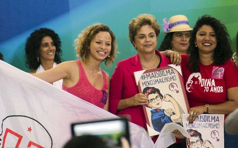 Brasília - A presidenta Dilma Rousseff participa de encontro com mulheres em defesa da democracia, no Palácio do Planalto (Marcelo Camargo/Agência Brasil)