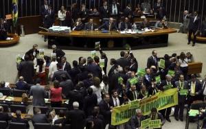 Brasília - Deputados de oposição levantam faixas durante fala  do Advogado Geral da União, José Eduardo Cardozo, que expõe os argumentos da defesa durante discussão da autorização ou não da abertura do processo de impeachment da presidenta Dilma Rousseff, no plenário da Câmara dos Deputados ( Marcelo Camargo/Agência Brasil)