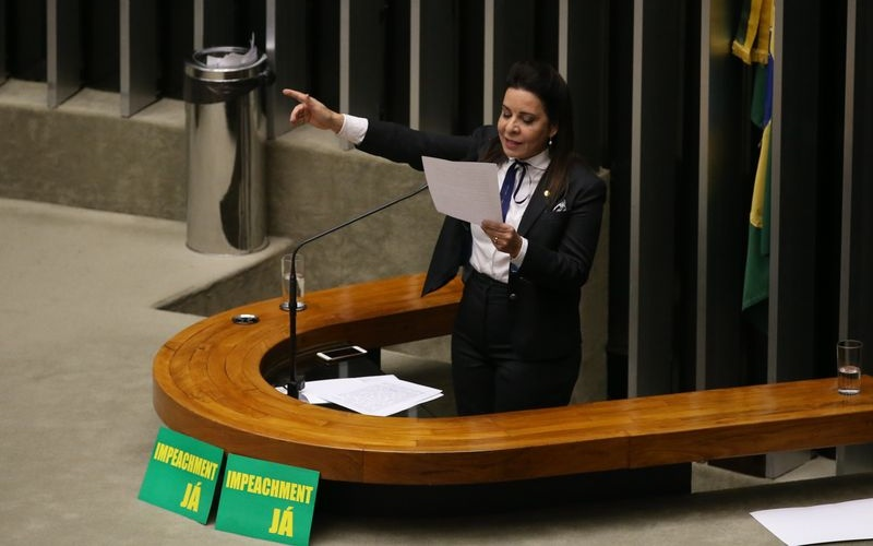 Brasília - Deputada Raquel Muniz durante sessão de discussão do processo de impeachment de Dilma, no plenário da Câmara (Valter Campanato/Agência Brasil)