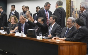 Brasília - Leitura final do relatório do parecer do Impeachment, deputados da oposição comemoram o resultado do parecer (Valter Campanato/Agência Brasil)