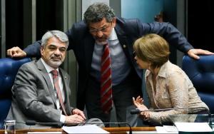 Brasília - Os Senadores Humberto Costa, Paulo Rocha e Angela Portela durante reunião em plenário para eleição da comissãoque analisará a admissibilidade do pedido de impeachment de Dilma (Marcelo Camargo/Agência Brasil)