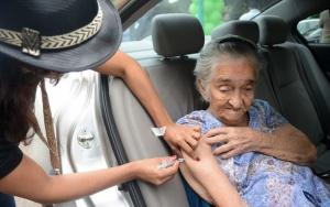 Brasília- A idosa,  Ana Joaquina de Oliveira, de 102 anos, foi levada pela filha para se vacinar no Drive Tru no dia D de mobilização contra a gripe, no Hran (Hospital Regional da Asa Norte). (Elza Fiuza/AGência Brasil)