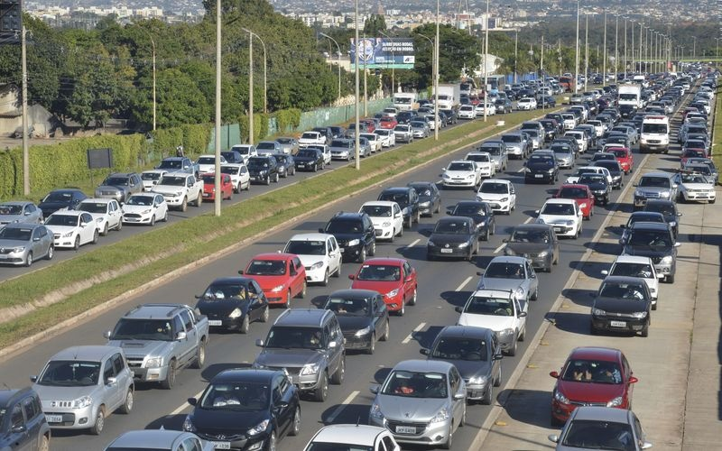 Mais de um milhão de pessoas continuam sem ônibus no Distrito Federal pelo segundo dia consecutivo. A população usa transporte alternativo e o trânsito fica complicado com mais carros nas vias (José Cruz/Agência Brasil)