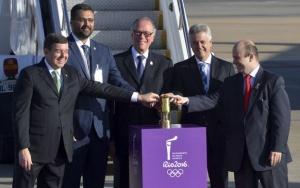 Brasília - A lanterna contendo a Chama Olímpica chega ao Aeroporto Internacional de Brasília, ponto de partida para um roteiro que, nos próximos 95 dias, incluirá 327 cidades das cinco regiões do país