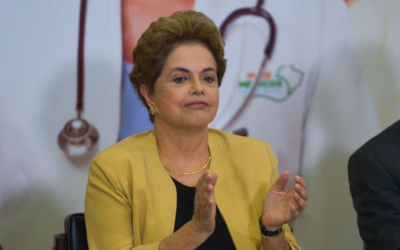 Brasília - Presidenta Dilma Rousseff participa da cerimônia de anúncio da prorrogação da permanência dos médicos brasileiros formados no exterior e estrangeiros no Programa Mais Médicos (José Cruz/Agência Brasil)