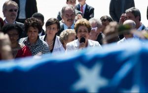 Brasília - A presidenta afastada Dilma Rousseff discursa para apoiadores do governo, em frente ao Palácio do Planalto, após ter sido notificada do afastamento do cargo por até 180 dias (José Cruz/Agência Brasil)