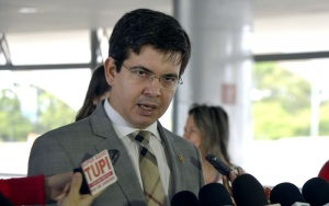 Brasília - Senador Randolfe Rodrigues fala à imprensa no Planalto, após entregar ao ministro Jaques Wagner, uma carta para presidenta Dilma pedindo apoio à novas eleições presidenciais este ano (José Cruz/Agência Brasil)