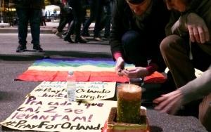 São Paulo - Diversas pessoas fazem uma vigília na Avenida Paulista em homenagem aos mortos no massacre da boate Pulse, em Orlando, nos Estados Unidos (Elaine Patricia Cruz/Agência Brasil)