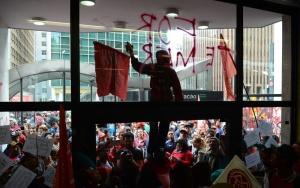 São Paulo - Militantes do Movimento dos Trabalhadores Sem Teto (MTST) ocuparam a entrada do prédio onde funciona o escritório da Presidência da República, na Avenida Paulista (Rovena Rosa/Agência Brasil)