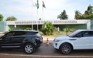 Polícia do DF prende suspeitas de desviar recursos do Sest/Senat, Na operação, foram apreendidos 16 veículos, entre eles alguns carros de luxo, e dois cofres (Valter Campanato/Agência Brasil)