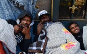 São Paulo - Alessandro Ferreira, Neguinho Tiradentes e Romaria na rua Ipiranga, em frente a praça da República, receberam doações de roupas e cobertores para ajudar a suportar o frio (Rovena Rosa/Agência Brasil)
