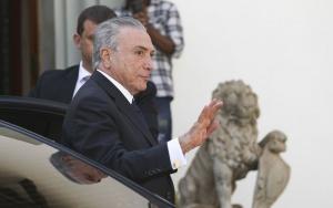 Brasília - O presidente interino, Michel Temer, chega para almoço na casa do deputado Rogério Rosso (Marcelo Camargo/Agência Brasil)