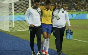 Cristiane deixou o gramado amparada pelos profissionais da seleção brasileira