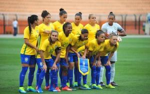 As jogadoras da Seleção Brasileira de futebol posam para foto antes da partida contra a Nova Zelândia, válida em Amistoso Internacional 2015.