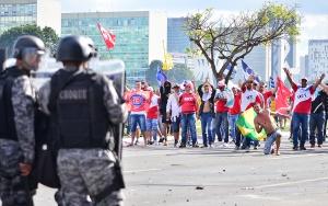 24 05 2017 Brasilia DF Brasil  Marcha de trabalhadores das Centrais e movimentos sociais nas esplanadas dos Ministerios om foram impedidos de chegar ao Congresso  Nacional foto UGT