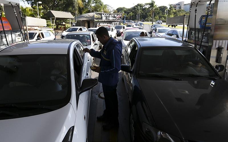 Brasilienses enfrentam filas para abastecer nos postos da cidade.