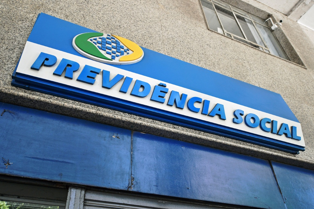 The logo of Brazil's social security institution is seen outside an office in Rio de Janeiro, Brazil on February 19, 2019. - Brazil expects to save more than $300 billion over 10 years through a bill presented to Congress Wednesday that aims to overhaul the country's unsustainable pension system, the government said. Bolsonaro personally delivered the much-anticipated text to Congress, where he was jeered and booed by leftist deputies in the opposition. (Photo by CARL DE SOUZA / AFP)