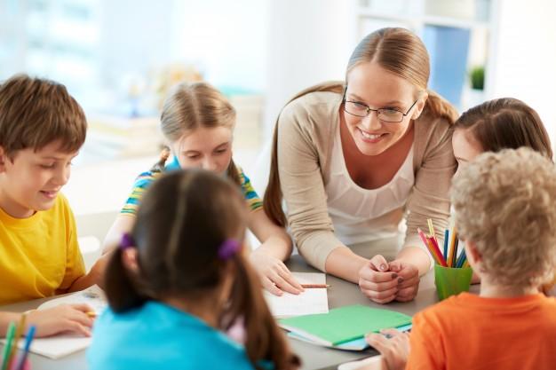 profesora-feliz-escuchando-sus-estudiantes_1098-2801