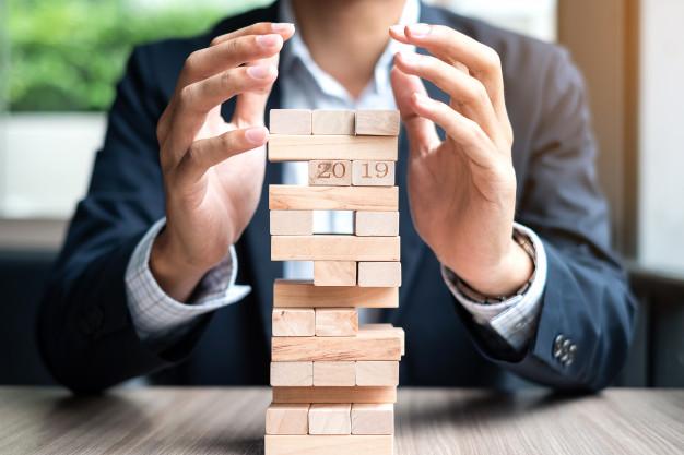 bloque-madera-cubierta-mano-hombre-negocios-torre_42256-500