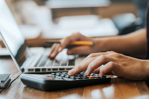 hombre-manos-usando-calculadora-computadora-portatil-calcular-papel-financiero_38391-566