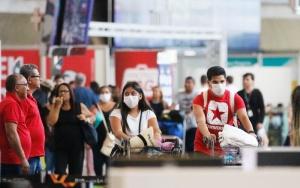 Passageiros e funcionários circulam vestindo máscaras contra o novo coronavírus (Covid-19) no Aeroporto Internacional Tom Jobim- Rio Galeão. (Fernando Frazão/Agência Brasil)